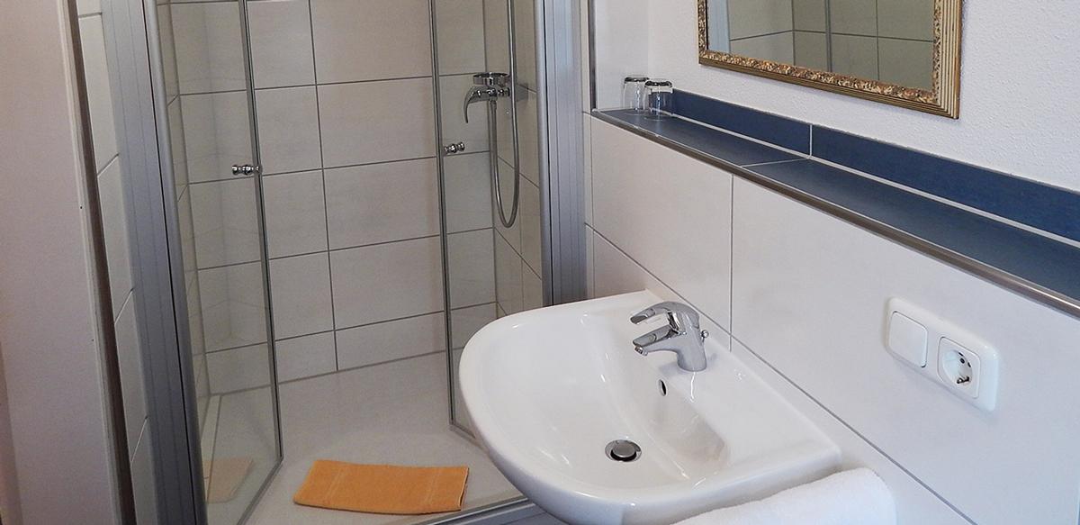Doppelzimmer Standard ohne Balkon - Badezimmer   Berggasthof Sonne in Sonthofen