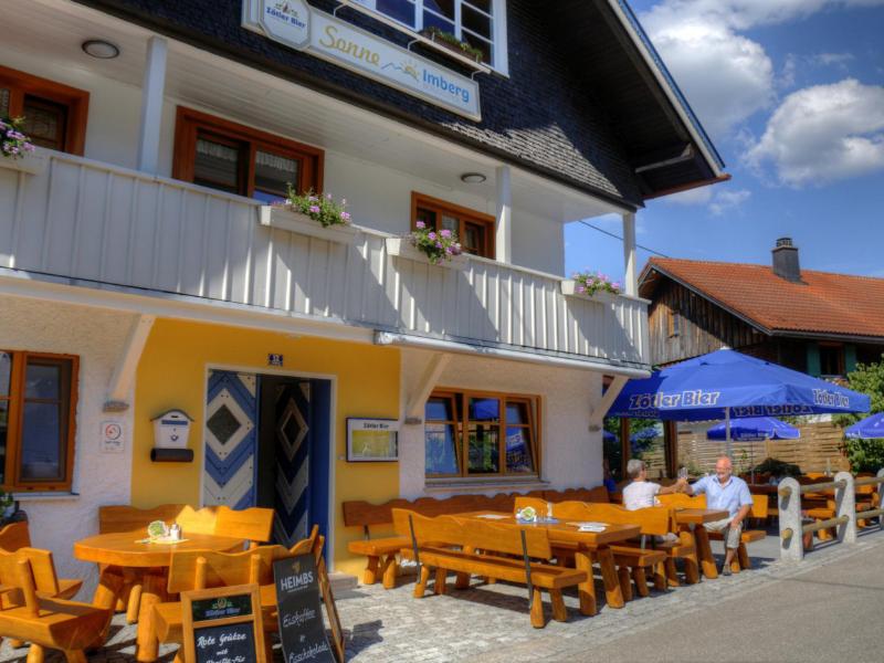Unser Biergarten mit Chefin und Chef als Statisten   Berggasthof Sonne in Sonthofen