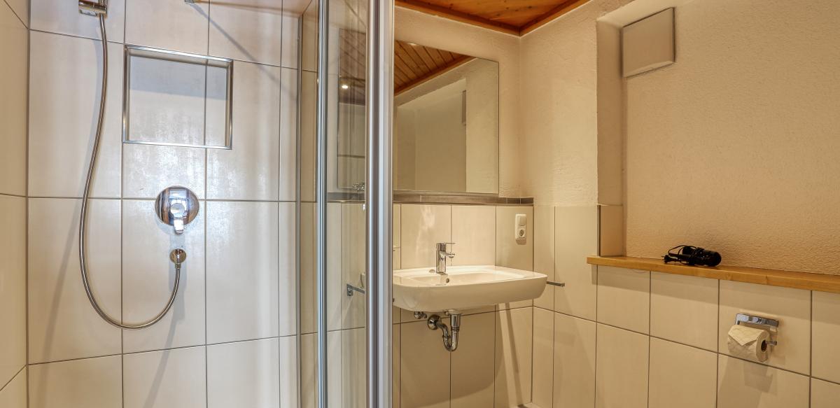 Doppelzimmer Standard mit Zustellbett ohne Balkon - Badezimmer | Berggasthof Sonne in Sonthofen