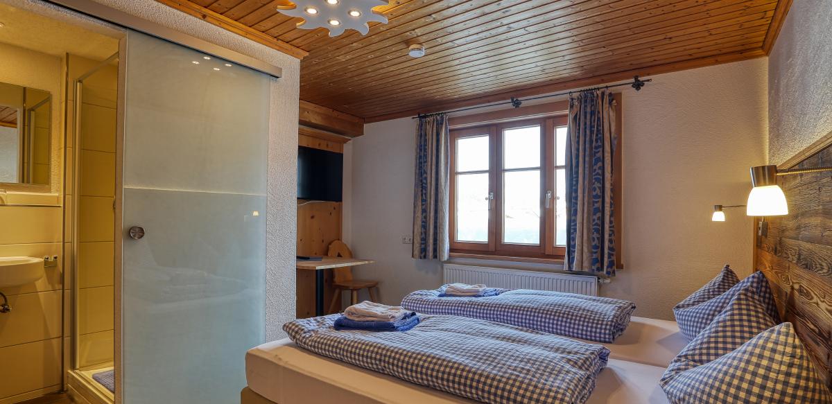 Doppelzimmer Standard mit Zustellbett ohne Balkon - Schlafzimmer | Berggasthof Sonne in Sonthofen